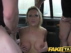 trahnul-blondinku-v-taksi